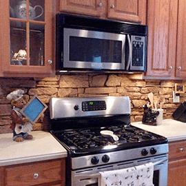 Фартук над рабочей зоной кухни фотографии